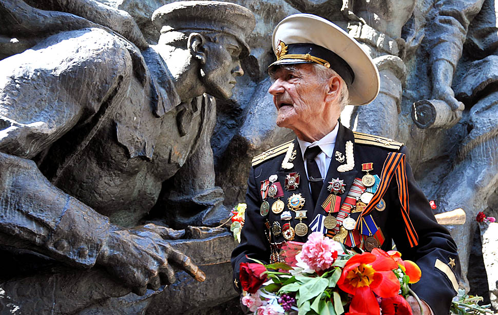 Ветеран у памятника рисунок